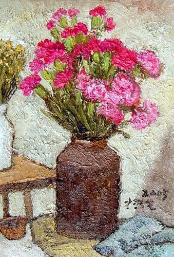 我们可以看出,背后白色花瓶中的小雏菊,与前面的康乃馨对照下,有如小